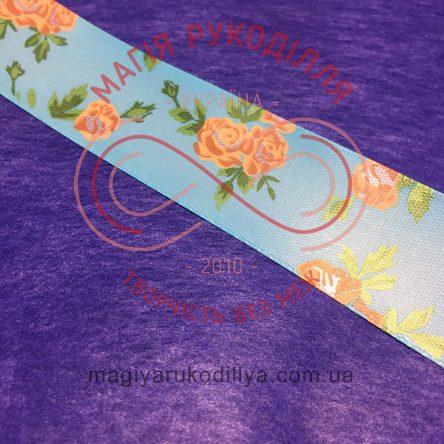 Стрічка з малюнком атласна 25мм бежеві троянди блакитний фон