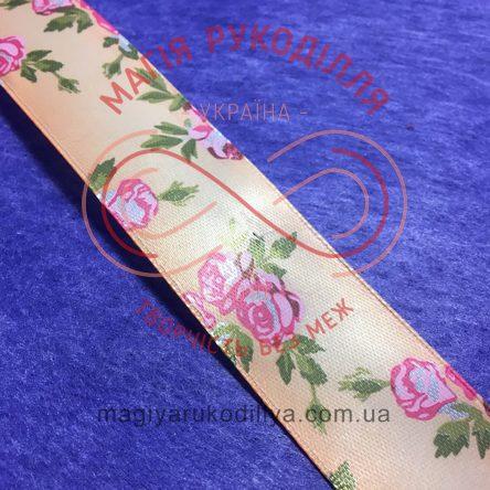 Стрічка з малюнком атласна 25мм рожеві троянди абрикосовий фон