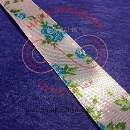 Стрічка з малюнком атласна 25мм блакитні троянди рожевий фон