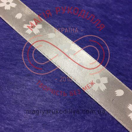 Стрічка з малюнком атласна 15мм квіти айворі фон